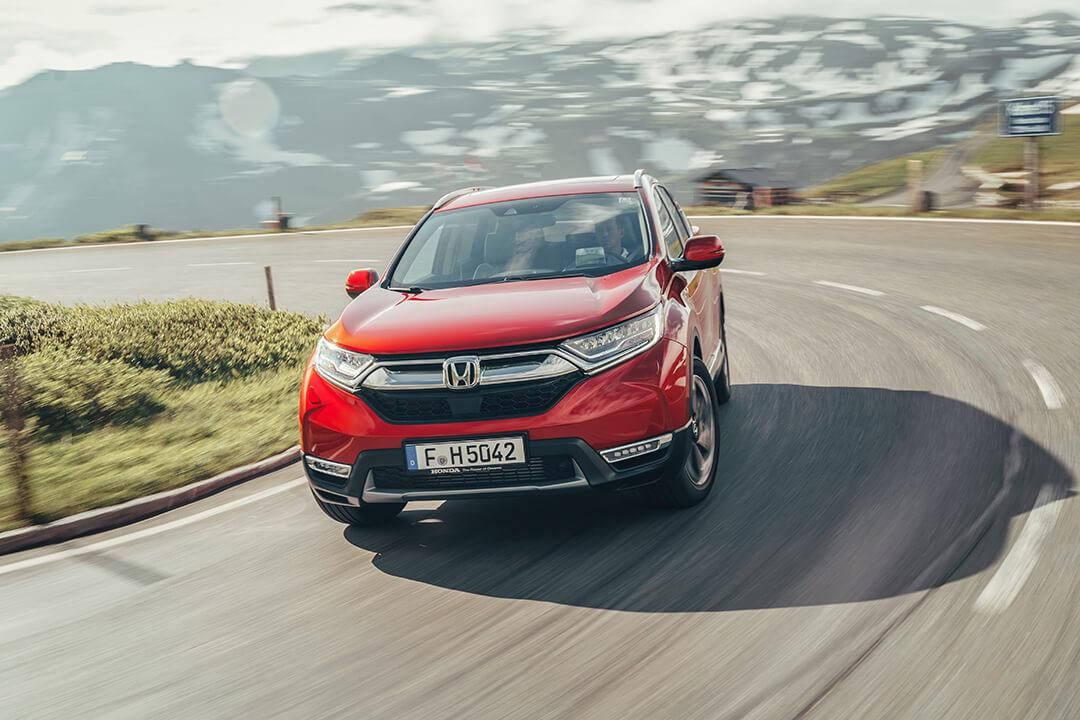 Honda-cr-v-kör-snabbt-i-en-kurva