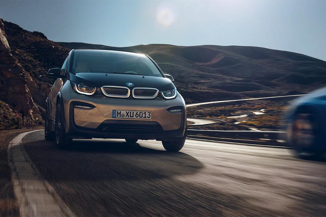 BMW-i3-kör-snabbt-på-vägen