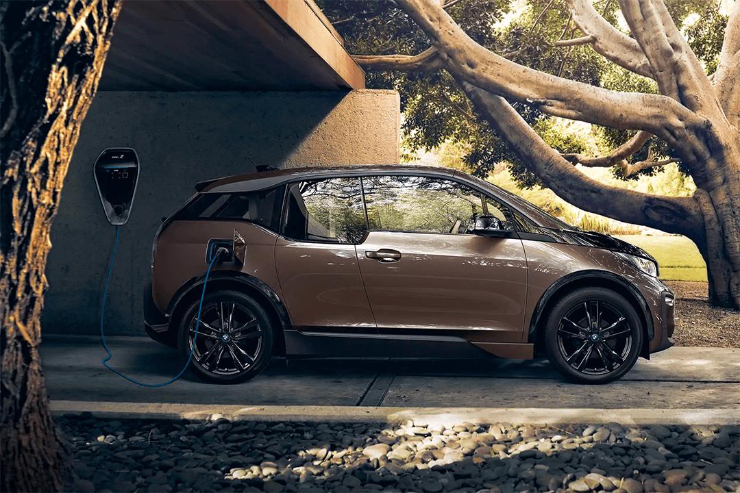 BMW-i3-står-på-laddning