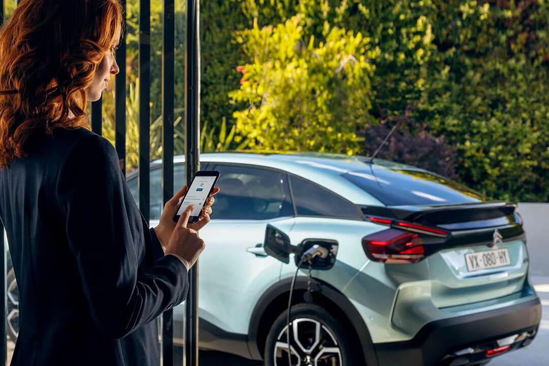 kvinna-använder-citroen-elbils-app